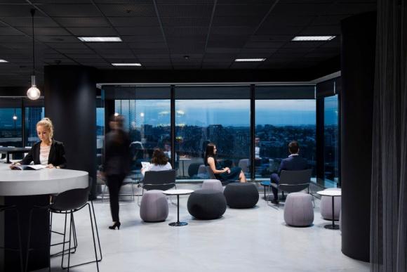 Szklane biurowce nie opustoszeją – 70% pracowników chce powrotu do biur